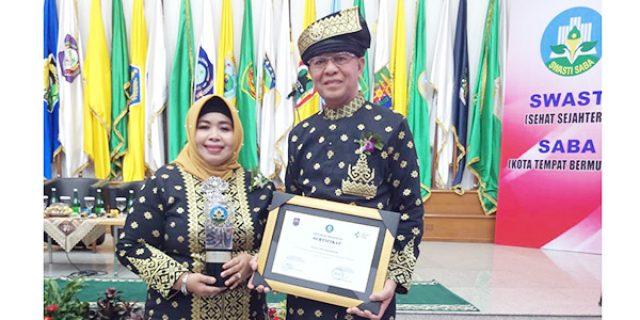 Walikota dan Ketua FKS Tanjungpinang Terima Penghargaan Swasti Saba Wiwerda