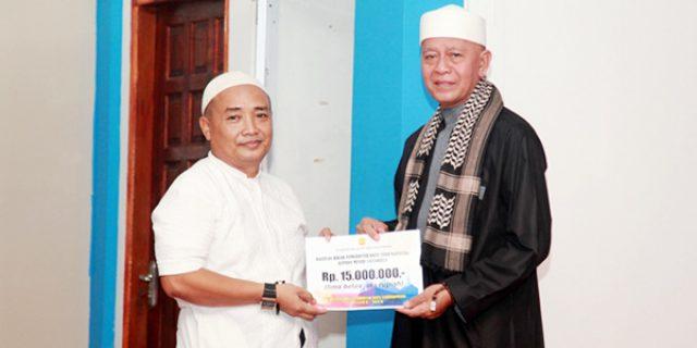 Syahrul Serahkan Bantuan di Masjid Sal Sabila