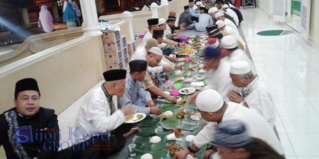 "Walikota Syahrul Ikut Makan Bersama ""RATUSAN JEMAAH"""